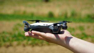 drone dji spark in mano